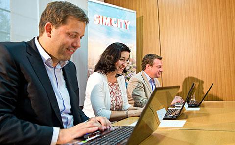 Klingbeil, Bär und Schulz spielen Sim City (v. l. n. r.) (Bild: Electronic Arts)